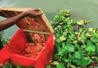 Sente piangere da una scatola galleggiante in acqua, dentro una neonata abbandonata nel fiume