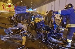 Incidente A4, auto si schianta in galleria contro un mezzo pesante: 22enne vivo per miracolo