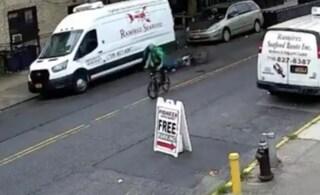Accoltellato in bici durante il lavoro: rider si rialza, termina la consegna e poi va in ospedale