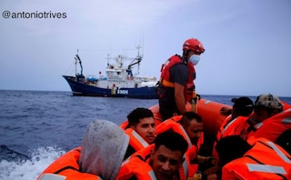 Aita Mari ad Augusta con 50 migranti (di cui 4 minori): dopo i tamponi inizieranno la quarantena
