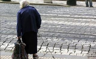 """In lacrime in strada a 90 anni: """"Non ho soldi, ho fame"""". Agenti le comprano il suo cibo preferito"""