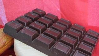 Picchia la collega con una stecca di cioccolato da un Kg, evita il processo ma non lavora più