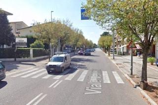 Bassano del Grappa, investita da un bus mentre attraversa la strada: Mara muore a 43 anni