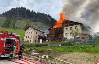 Belluno, spaventoso incendio distrugge case e fienili a Borgo Santa Lucia, nell'Agordino