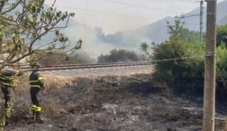 Vasto incendio tra Genga e San Quirico, interrotta linea ferroviaria Ancona Roma: i treni cancellati