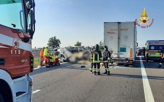 Piacenza, incidente in autostrada: furgone contro tir, morti 5 operai, stavano tornando a casa