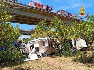 Auto con barca al seguito precipita dal viadotto, un morto: l'incidente sulla Messina-Palermo