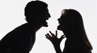 Genova, lite furiosa durante la lite con l'ex fidanzato: lo morde e gli stacca la lingua. Arrestata