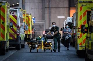 Nel Regno Unito gli ospedali stanno cancellando le operazioni per colpa della nuova ondata di Covid