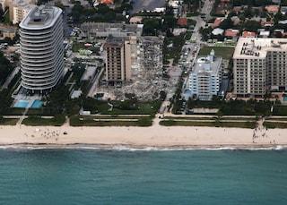 """Palazzo crollato a Miami, si scava tra le macerie: """"Edifici Usa non crollano così, è una catastrofe"""""""