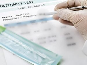 Falsifica il test del Dna del figlio per attribuire la paternità al ricco imprenditore: condannata