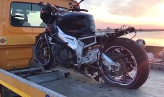 Puglia, moto di grossa cilindrata si schianta contro un palo: morti sul colpo un 40enne e un 26enne