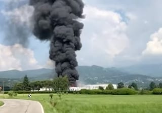 Roletto, vasto incendio in una fabbrica di vernici: colonna di fumo nero visibile a chilometri