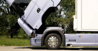 Dramma in officina a Terni, la cabina del camion cede e lo schiaccia: muore meccanico