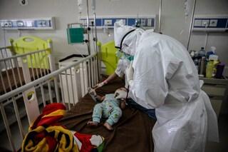 Picco di casi Covid in Indonesia: stanno morendo centinaia di bambini