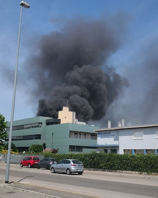 Rogo in capannone a Verona: operai intossicati e altissima colonna di fumo, evacuati edifici Asl