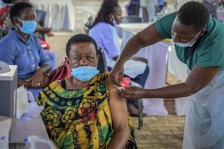 I vaccini contro il Covid ai Paesi poveri solo nel 2023, l'allarme di Nature
