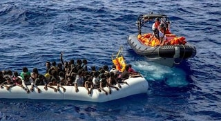 Strage nel Mediterraneo: barcone si ribalta, morti 43 migranti