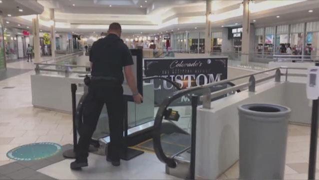 Bimbo di due cade dalle braccia del padre mentre sale le scale mobili al centro commerciale: morto