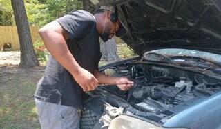 Il meccanico che nel tempo libero ripara vecchie auto e le regala ai bisognosi: in 9 mesi 33 consegne