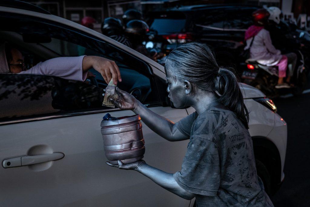 Bambini chiedono l'elemosina in Indonesia
