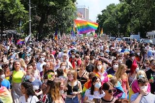 Ungheria, in migliaia al gay pride di Budapest per sfidare le politiche del governo Orban