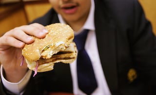 Londra dichiara guerra all'obesità: arriva la tassa su merendine e cibo spazzatura