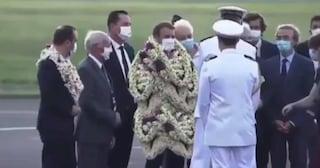 Macron ricoperto di ghirlande di fiori al suo arrivo in Polinesia: il video virale è fake