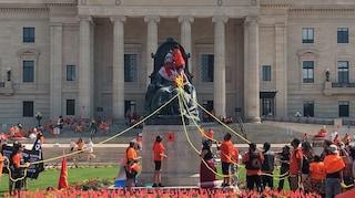 Centinaia di tombe di bimbi indigeni, in Canada abbattuta la statua della Regina Elisabetta