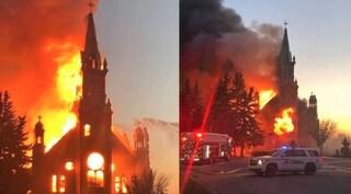 Tombe di centinaia di bimbi negli ex collegi cattolici, in Canada chiese date alle fiamme