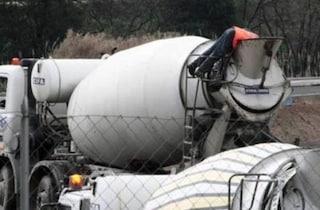 Sbanda e precipita dal ponte con camion betoniera a Predosa, muore sul colpo a 44 anni