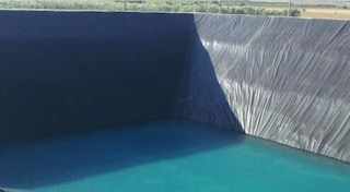 Raccoglie l'acqua da vasca di irrigazione dopo il lavoro nei campi, 29enne cade e muore annegato