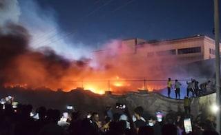 Incendio distrugge ospedale covid, oltre 60 morti tra pazienti e medici a Nassiriya