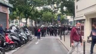 In Francia monta la rabbia dei no vax contro il green pass: cortei e scontri con la polizia