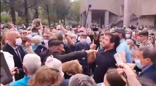 """Emmanuel Macron contestato durante la visita a Lourdes: """"É ateo, non dovrebbe essere qui"""""""