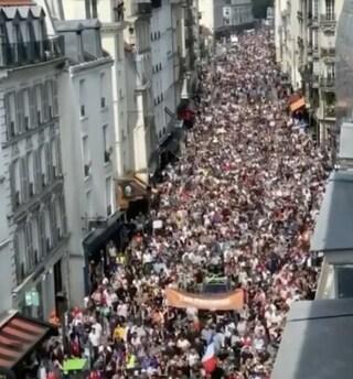In Francia circa 114 mila persone hanno manifestato contro il Green Pass obbligatorio