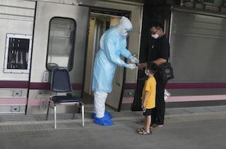 Thailandia, il treno dei malati Covid verso casa: aiuterà gli ospedali ormai al collasso