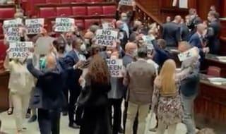 Fratelli d'Italia protesta contro il Green Pass e occupa l'Aula della Camera