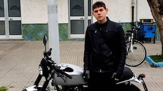 Perde il controllo della  moto, si schianta e muore a 17 anni: forse malore causato da fumo incendio