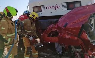Treno travolge auto al passaggio a livello: quattro ragazzi morti tra le lamiere in Spagna