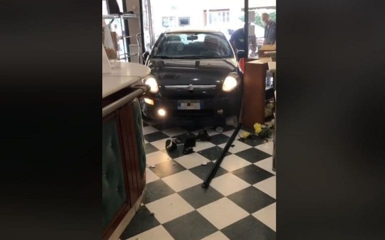Lecce, sbaglia marcia e sfonda la vetrina del bar con l'auto: paura tra clienti e personale