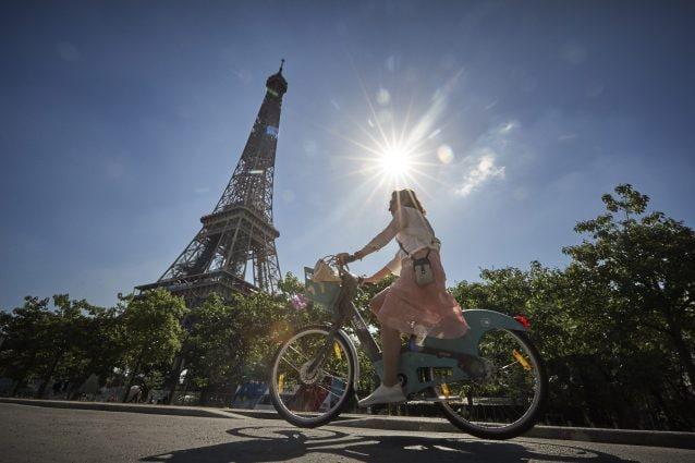 La Francia offre 1.500 euro a chi cambia la vecchia auto con una bici elettrica