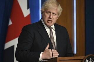 """La lettera di oltre 100 scienziati a Boris Johnson: """"Riaprire tutto è pericoloso, ci ripensi"""""""