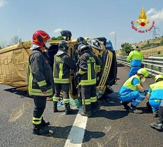 Mini bus si ribalta in autostrada: A1 bloccata. Nove i feriti