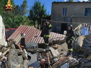 Esplosione fa crollare abitazione a Gimigliano: due persone intrappolate tra le macerie, una è grave