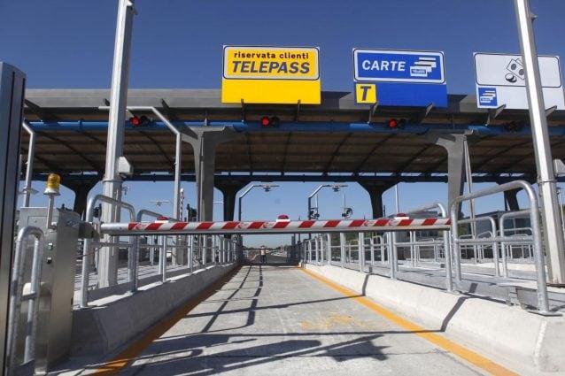 Cashback in autostrada, come funziona l'app per i rimborsi da ritardi causati da cantieri e lavori