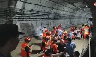 Cina devastata da inondazioni: 12 morti annegati in metro, diga a rischio crollo e  300mila evacuati