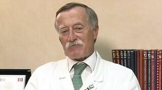 L'infettivologo Andreoni salva un no vax che sta affogando con la respirazione bocca a bocca