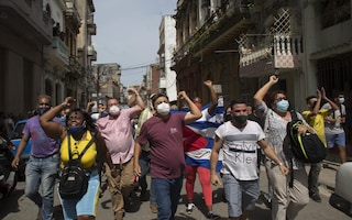 Cosa sta succedendo a Cuba: migliaia di persone in strada, è la più grande protesta degli ultimi 30 anni