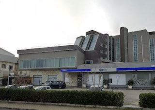 Precipita mentre pulisce i vetri dell'hotel, operaio muore sul colpo: tragedia sul lavoro ad Ancona